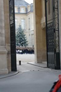 Een blik door de hekken van het Palais de l'Elysee.