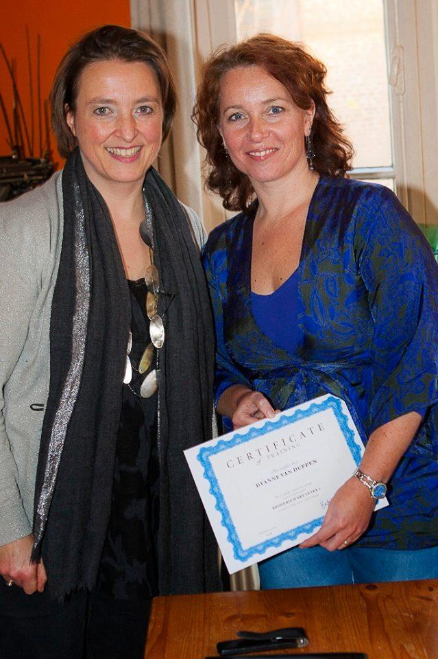 Dyanne van Duppen heeft met goed gevolg de Opleiding Broderie d'Art level 1 afgerond en ontvangt haar certificaat