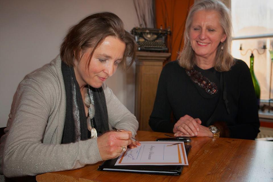 Monique Adriaansen ontvangt een bewijs van deelname aan de opleiding Broderie d'Art level 1