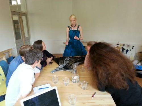 Eva geeft uitleg bij haar jurk met broderie d'art