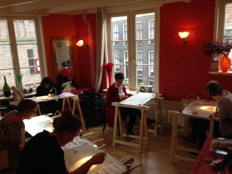 Cursisten broderie d'art in Doesburg aan het werk. Caldo e Freddo.