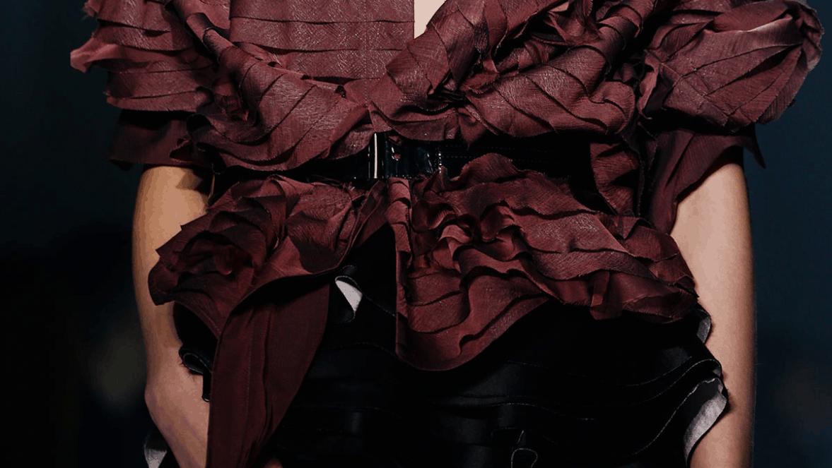 Haider Ackermann- detail in bordeaux rood