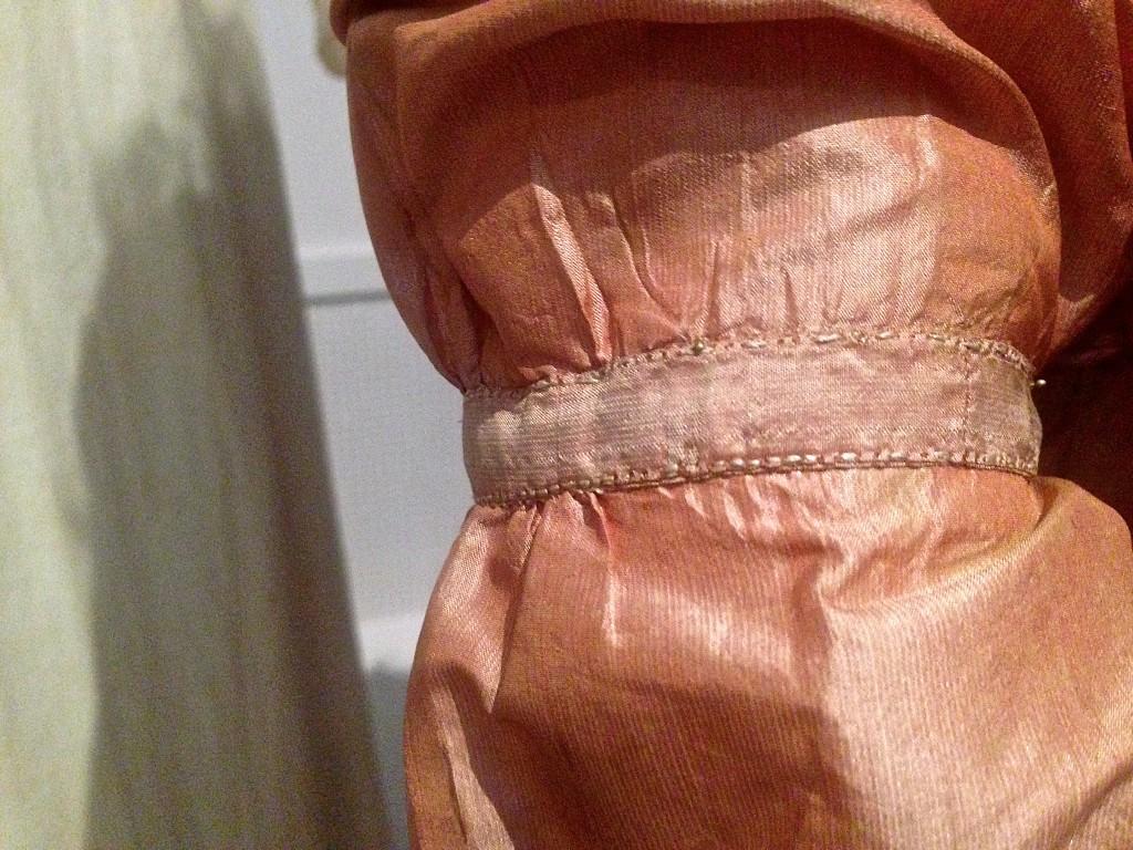 Handgenaaide steken, jurk uit de tentoonstelling Romantische Mode in het Gemeentemuseum Den Haag