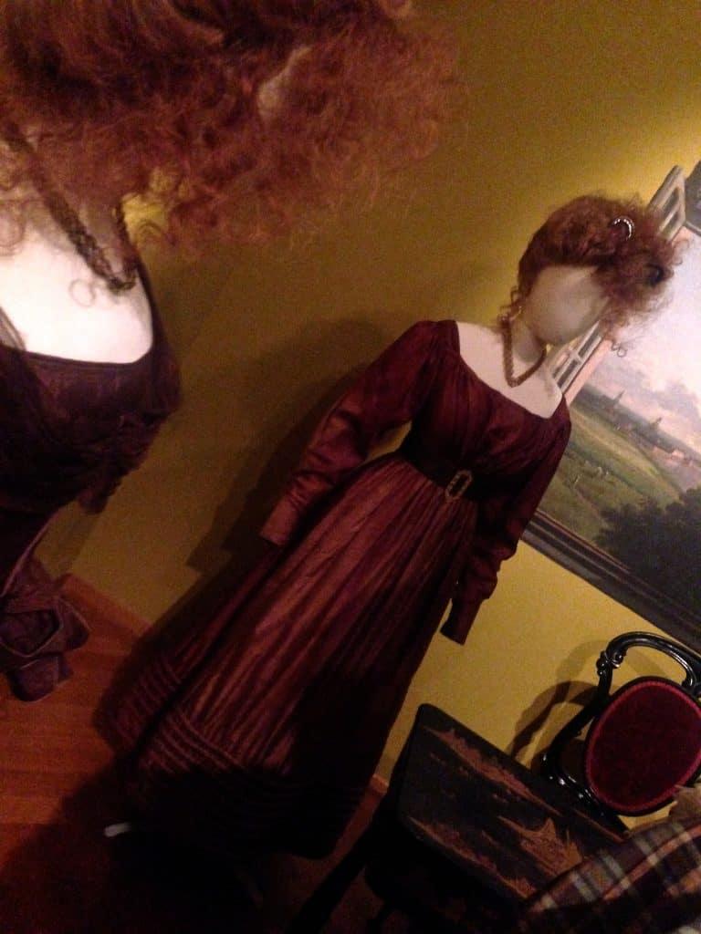 De magische mix van kleur, vorm en haardracht! Romantische Mode in Haags Gemeentemuseum