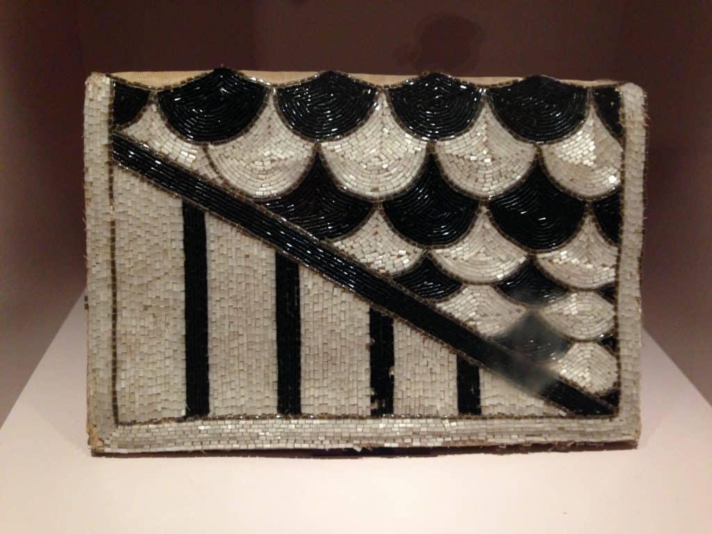 Volgeborduurde clutch met zwarte, witte en zilverkleurige langwerpige kralen