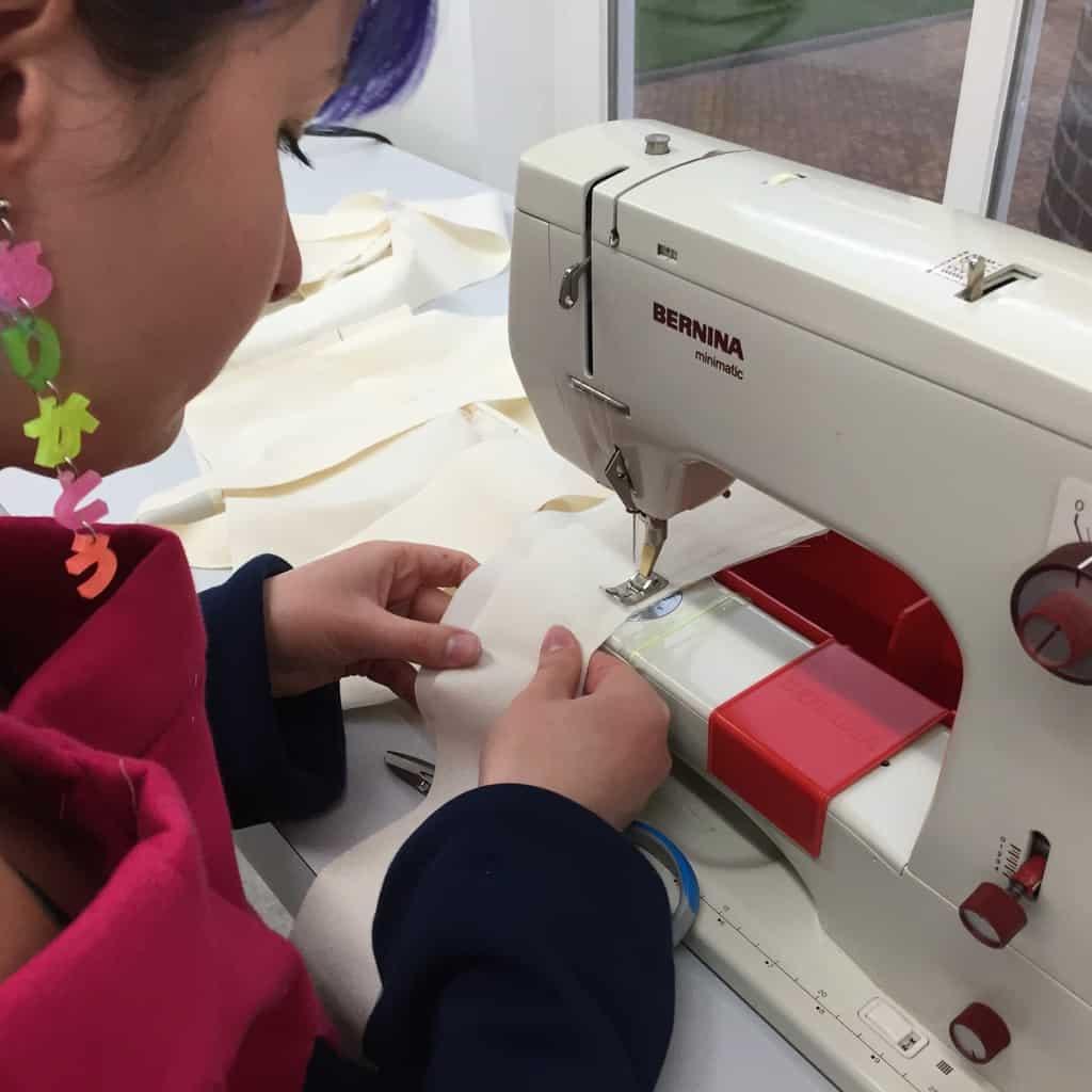 Laura werkt haar ideeën uit voor haar kinderkleding collectie