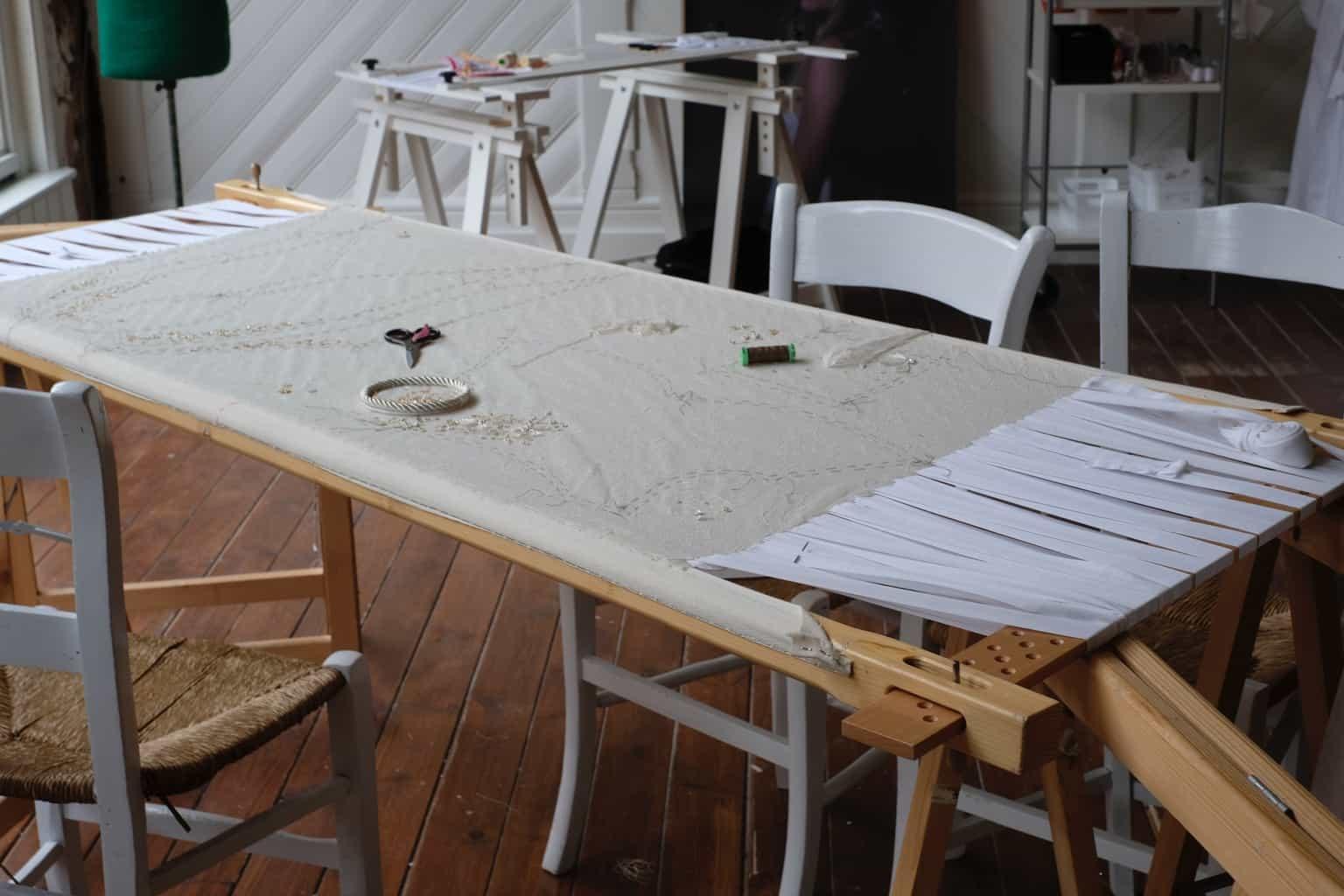 Groot borduurframe in het atelier