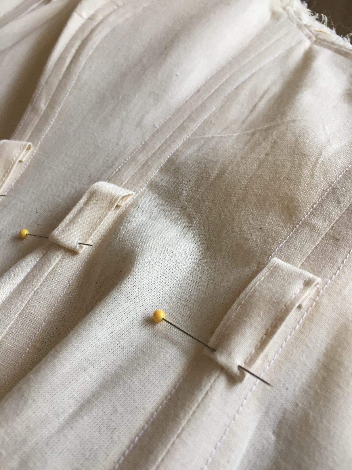Opstikken van ceintuur-lussen voor de waist-stay van een korset (3)