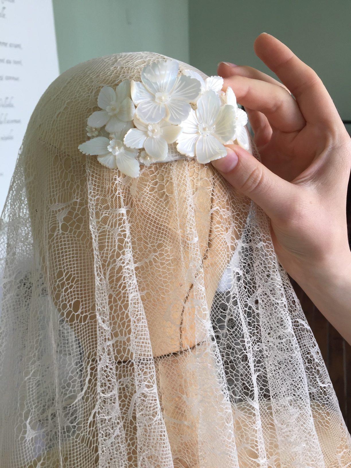 Haarspeld voor het vastzetten van een bruidssluier, gemaakt van handgesneden parelmoer bloemen